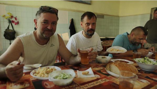 Солдатські плов, салат з капусти та компот для ВВ після фронтового концерту у Костянтинівці