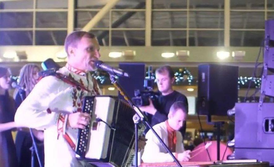 Олег Скрипка влаштував концерт в міжнародному аеропорту «Бориспіль».
